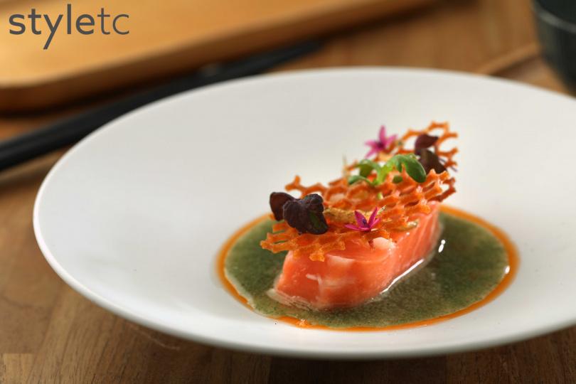 低溫烹調的鮭魚,佐以加入蛤蠣蒔蘿翡翠,提點鮮味又清爽。(220元)(圖/于魯光攝)