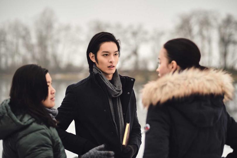 曹佑寧在冰天雪地的奧地利小鎮拍攝。(圖/華映娛樂提供)