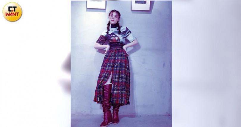 以帶有馬甲式腰封的蘇格蘭格紋長裙,呼應印花的休閒感。(攝影/戴世平)