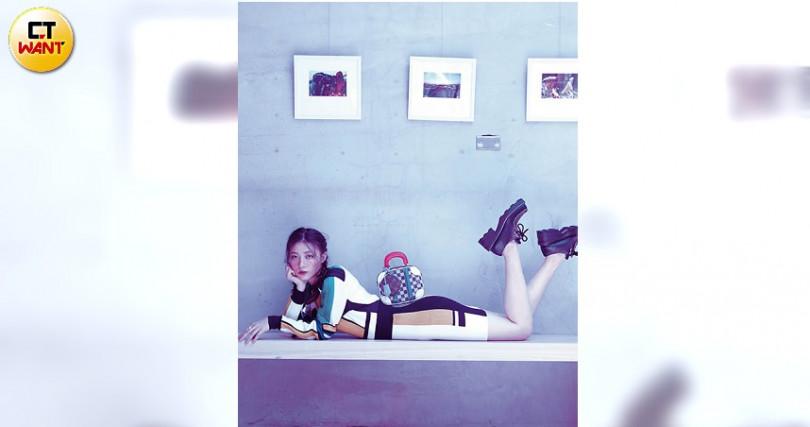 以飽和色塊切割、堆疊,創造出如荷蘭已故藝術家蒙德里安的新造型主義畫作(攝影/戴世平)