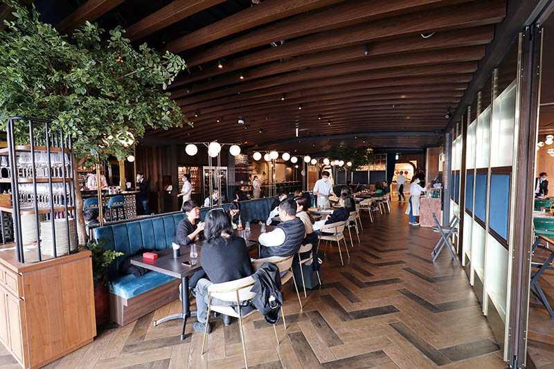 Wildwood的用餐空間運用綠樹及路燈造型的燈飾,營造休閒氛圍。(圖/于魯光)