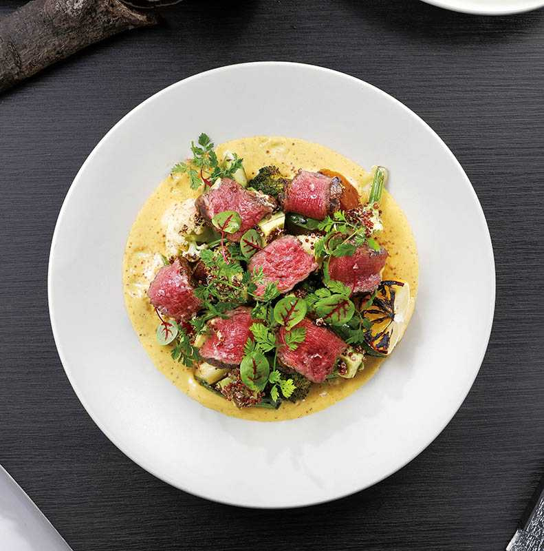 「澳洲頂級牛排沙拉」,以鮮嫩菲力牛排搭配白花菜、藜麥、柚子芥末醬,嘗起來爽口Q彈,僅限午間供應。(680元)(圖/于魯光)