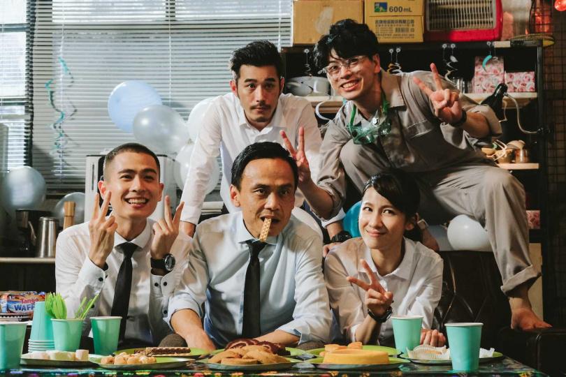 石知田(前排左起)陳以文、連俞涵、黃騰浩(後排左起)、蕭永裕演出的公視奇幻劇《妖怪人間》即將上演大結局。(圖/公視)