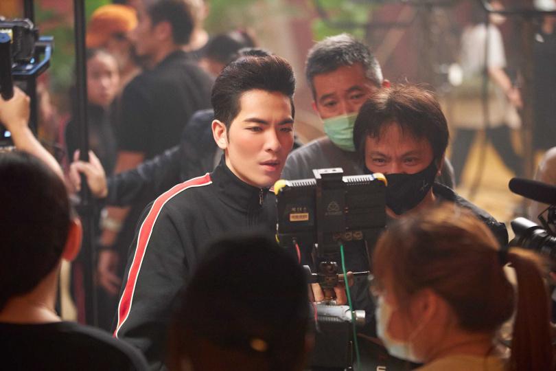 蕭敬騰當導演,現場仔細檢視畫面。(圖/華納音樂)