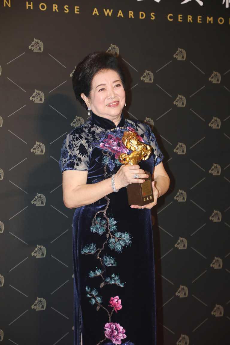 國寶級演員陳淑芳,佩戴海瑞溫斯頓珠寶出席第57屆金馬獎,風光勇奪影后及女配角雙料獎項。(圖╱HARRY WINSTON提供)