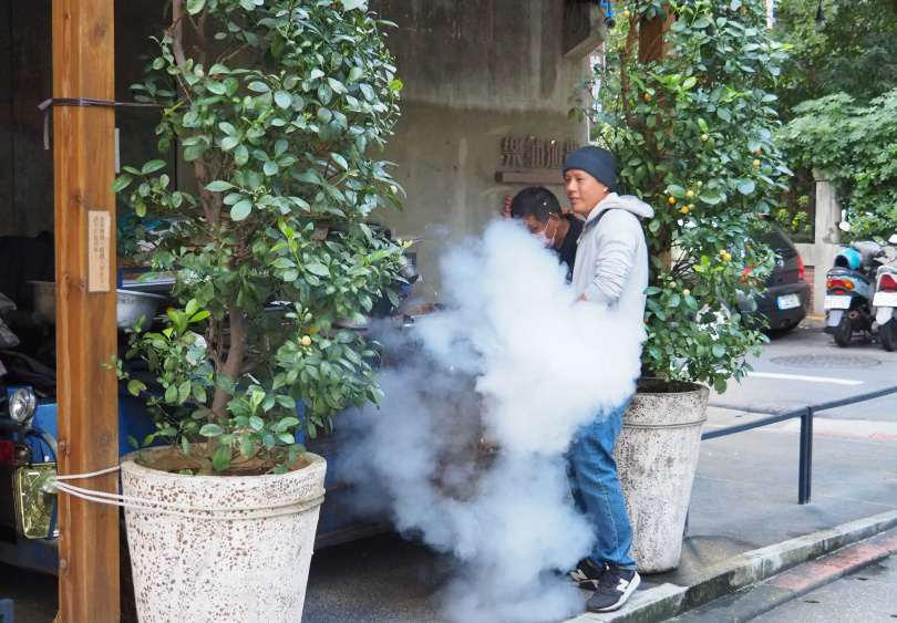 米香爆好的瞬間冒出了白煙與香氣,現場特別熱鬧。