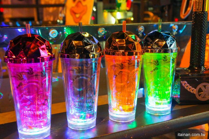 「極光骷顱系列」除刻劃著骷顱和印有台南的市鳥水雉外,且附有LED燈,有有四種不同的燈光可以切換,主要搭配的飲品為咖啡。(550元)(圖片提供:台南好Food遊)