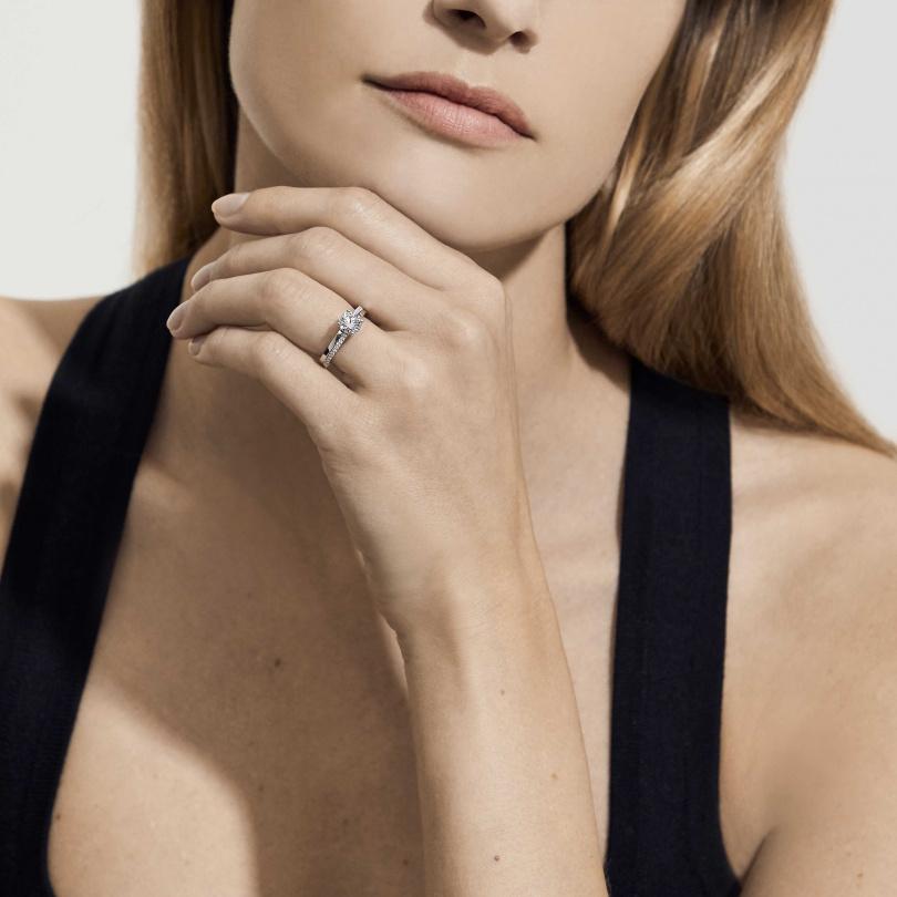 The Promise鉑金圓形明亮式鑽石戒指。