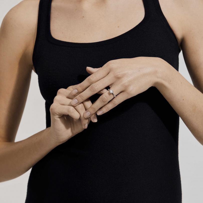 The Promise 18K玫瑰金圓形明亮式鑽石戒指。