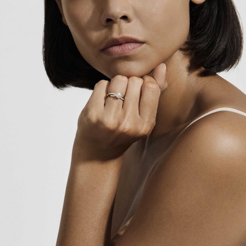 Infinity 18K玫瑰金圓形明亮式鑽石戒指。