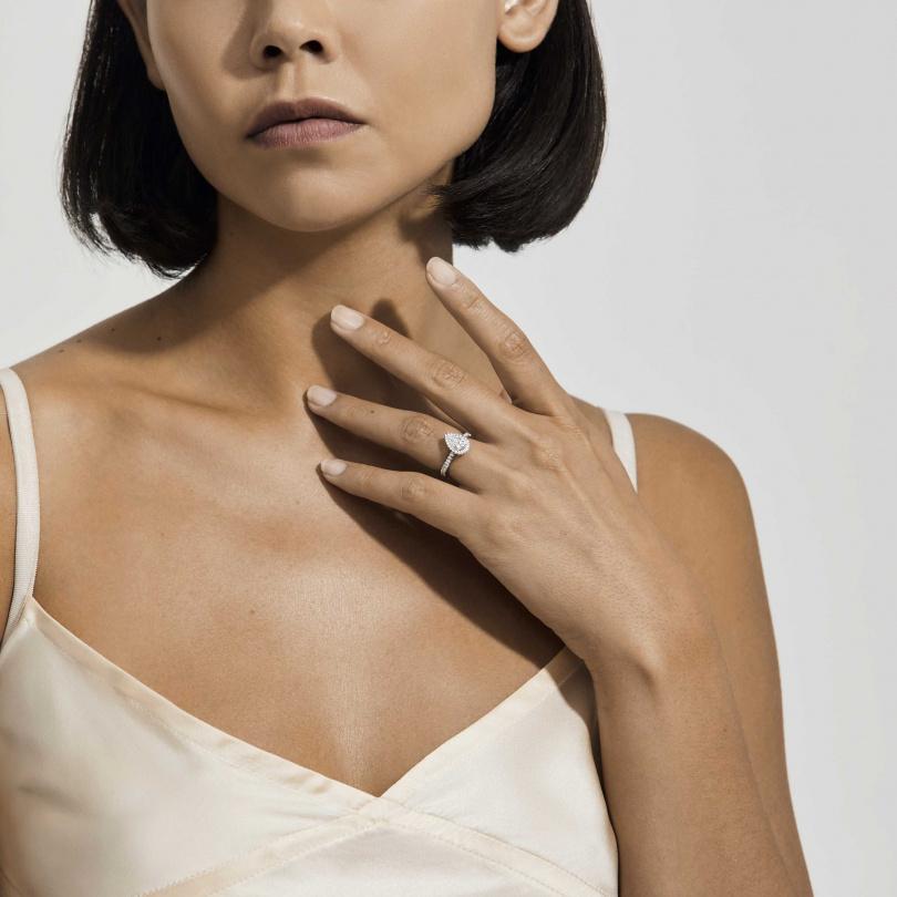 Aura 鉑金梨形鑽石戒指。