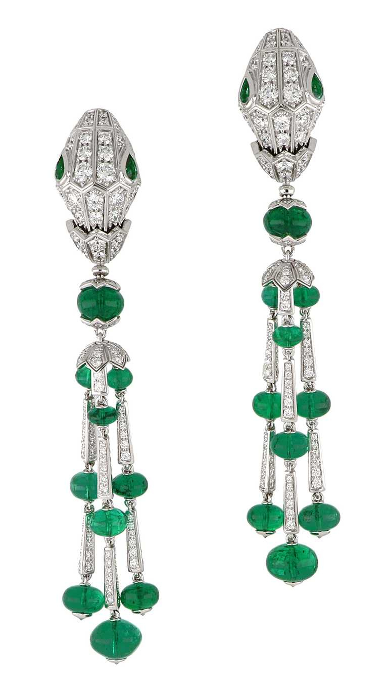 BVLGARI「Serpenti」系列頂級白K金與祖母綠鑽石耳環╱7,600,000元。(圖╱BVLGARI提供)