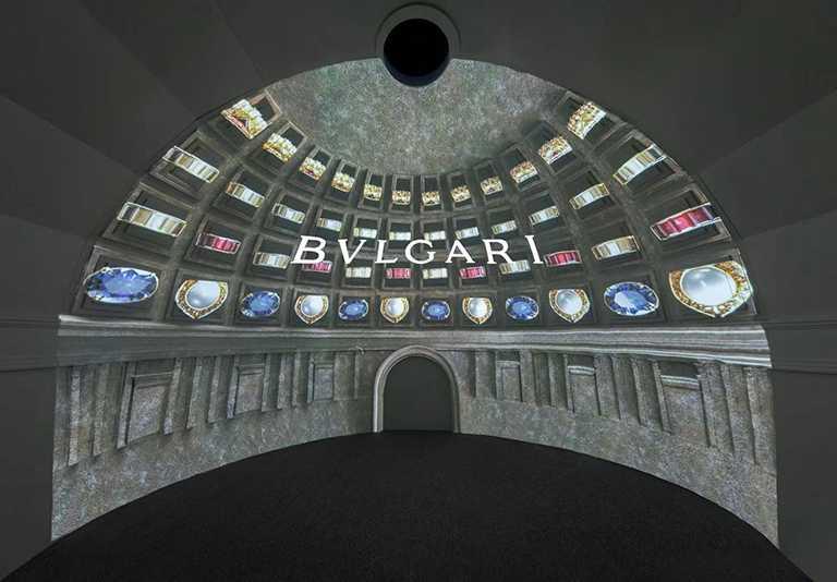 展場入內即可見到4款寶格麗標誌性符號的動態櫥窗,以裸眼3D的創意方式展現。(圖╱BVLGARI提供)