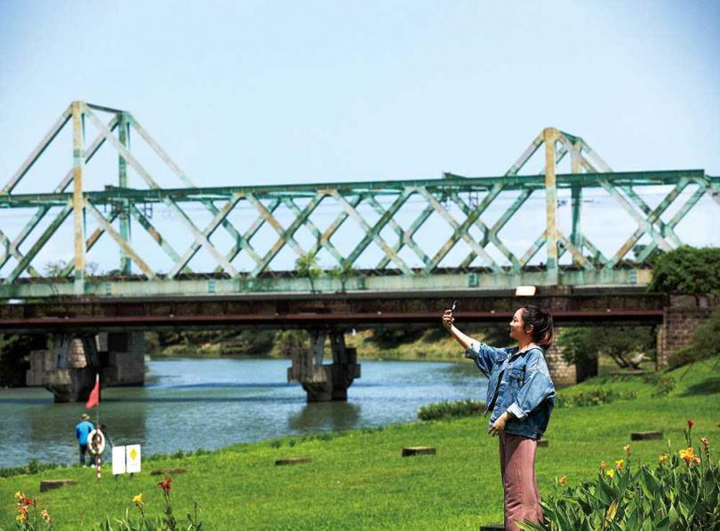 「冬山河生態綠舟」園區內的新鐵道上兩個突起的三角形,分別代表冬山及龜山島。(圖/于魯光攝)