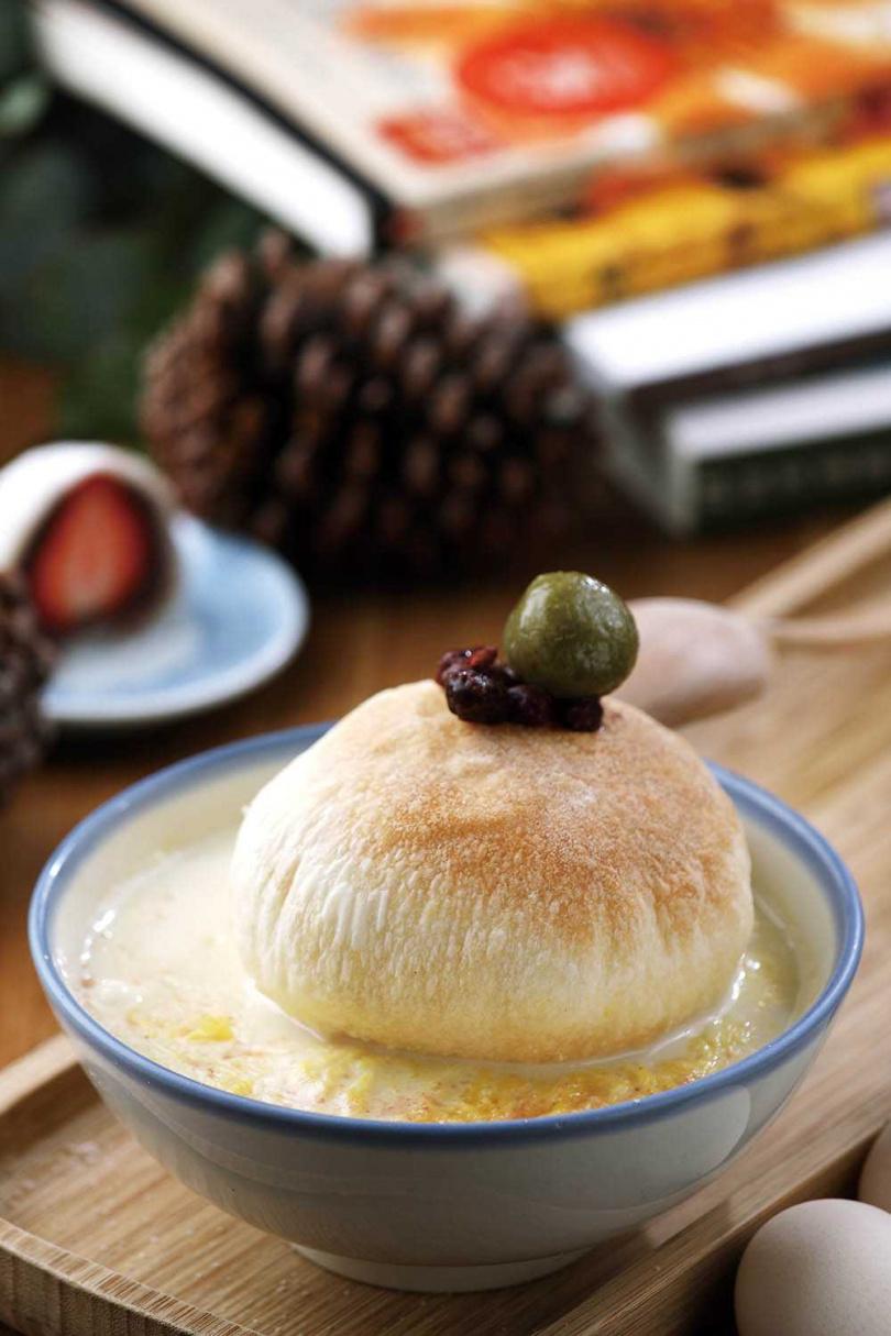 「宜蘭小島」用椪餅象徵小島,和豆花一起吃別有風味。(88元)(圖/于魯光攝)