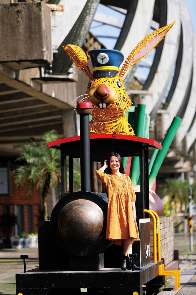 駕駛著農產列車的兔子列車長,模樣可愛。(圖/于魯光攝)