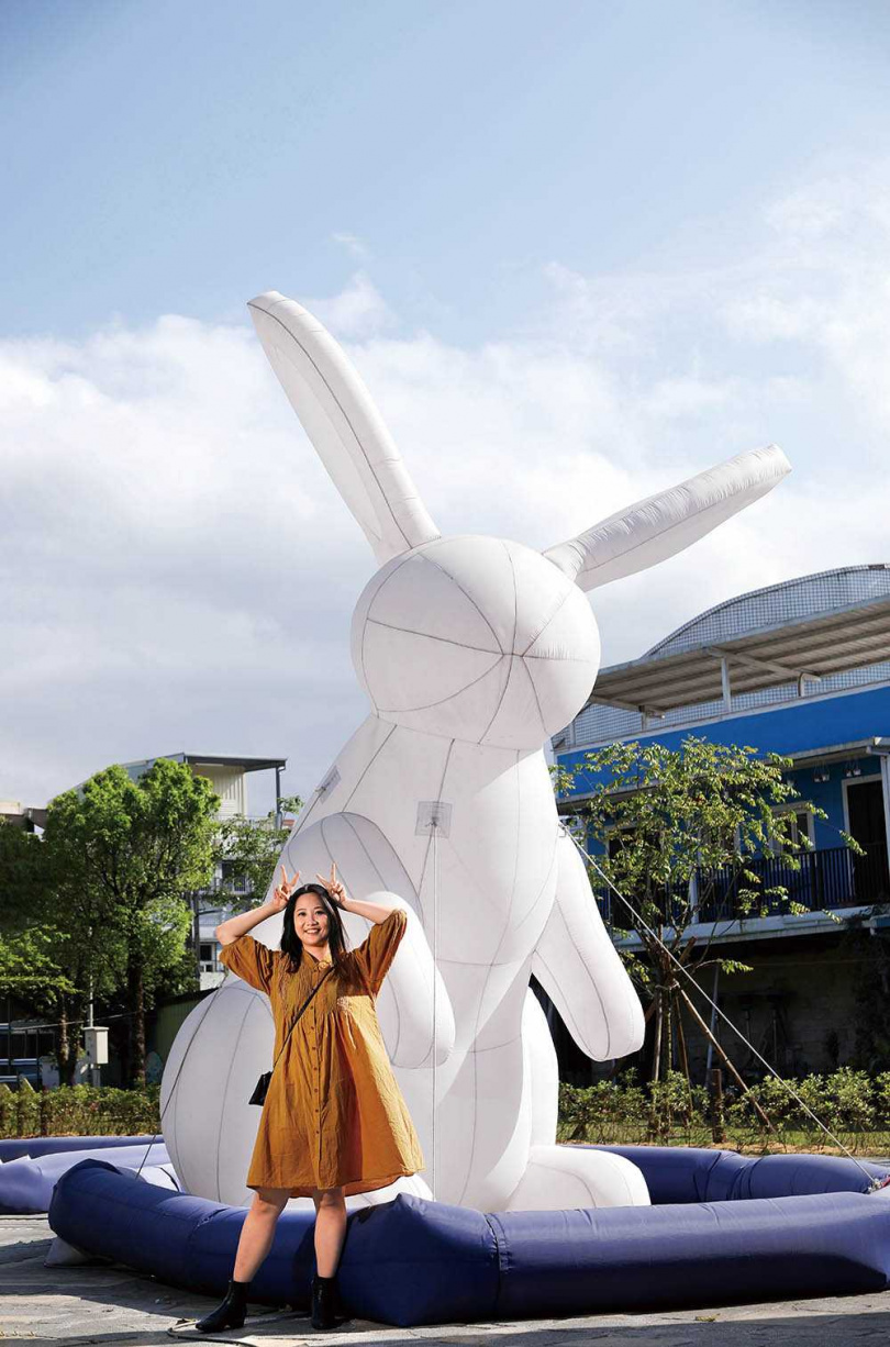 冬山火車站前廣場不時會設置大型裝置藝術,供遊客拍照打卡,此為5公尺高的大玉兔。(圖/于魯光攝)