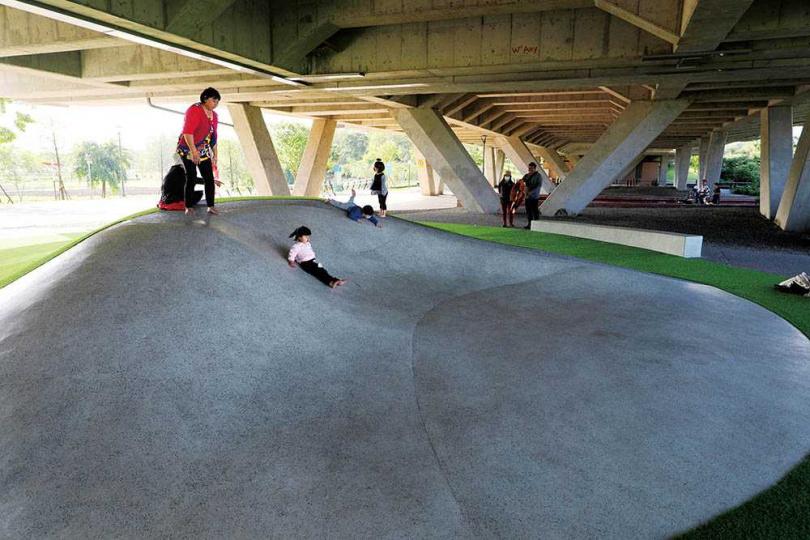 「碗公溜滑梯」有不同的坡度,每位小朋友可找適合自己的坡度來玩。(圖/于魯光攝)