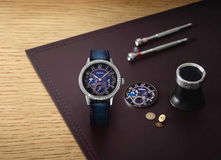 MONTBLANC「Bohème寶曦」系列自製機芯萬年曆腕錶,25.58mm,18K白金錶殼,藍色鱷魚皮錶帶,MB 29.22型自動上鏈機芯,鑽石59顆,限量88只╱1,029,500元。(圖╱MONTBLANC提供)