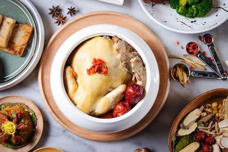 「漢方養生雞煲湯」由台南晶英酒店與醫藥相關學校系產學合作設計。