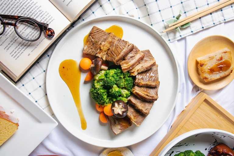 台南大員皇冠假日酒店推出「粵式煙燻雪花牛」以饗饕客。