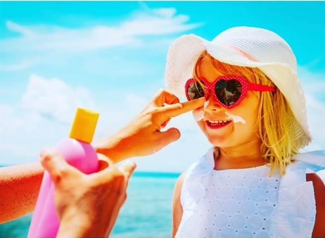為了避免肌膚老化,小編身旁的朋友大家可都是卯起來擦防曬。