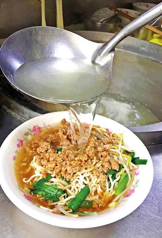 秀田灶豐小吃的麵、湯、料都是手工自製,已飄香40多年。(圖/楊麗雯攝影)