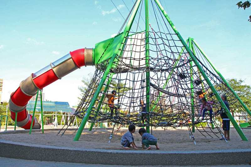 高架攀爬網可讓大小孩鍛鍊肌力和協調力。(圖/本刊攝影組)