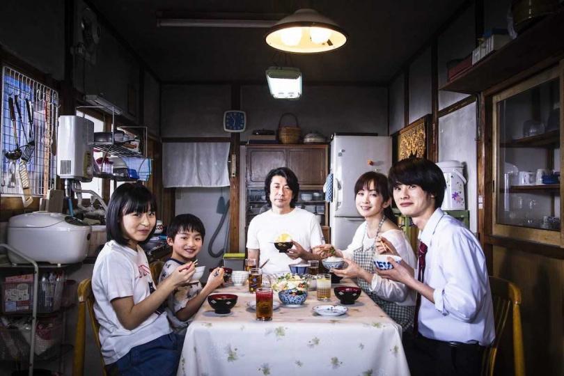 永瀨正敏(中)認為看完電影後,觀眾將再次體會到全家人圍在一起吃飯的重要性。(圖/威視提供)