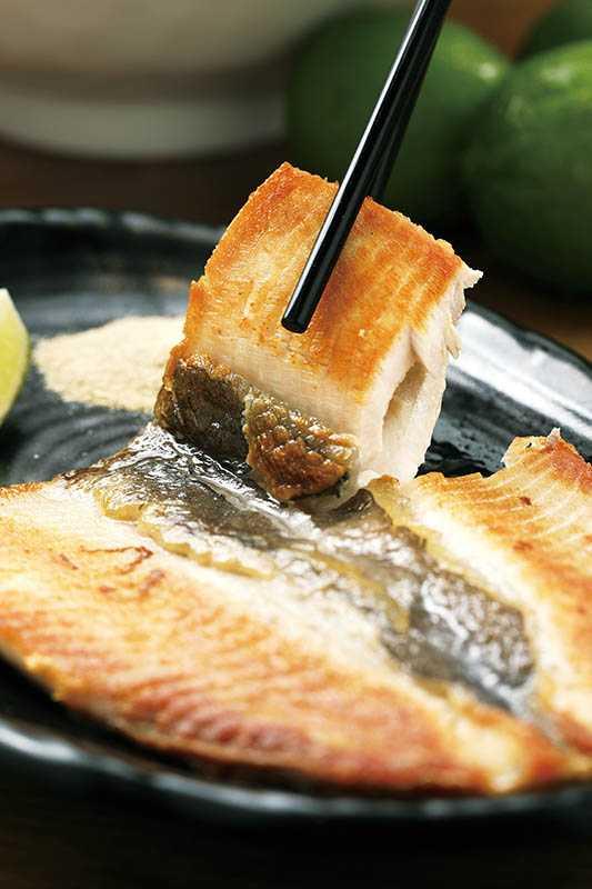 「無刺虱目魚肚煎」表面煎得金黃香酥,豐富的魚肚油脂,帶出入口即化的口感。(150元)(圖/于魯光攝)