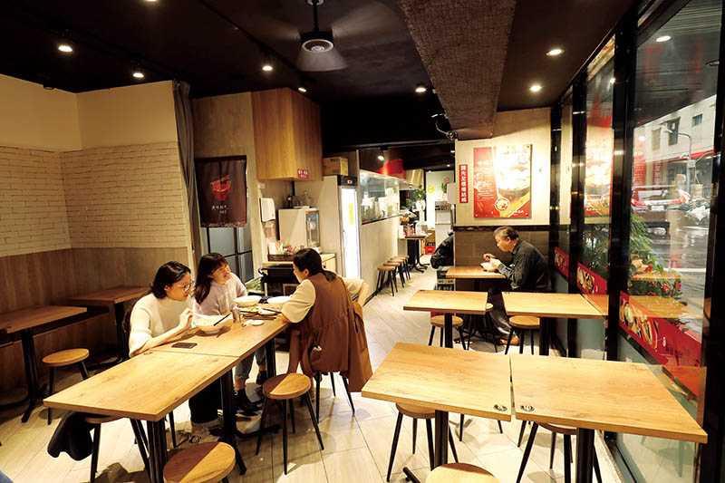 新開幕的「潭記台南虱目魚店」裝潢簡潔,色調沉穩,吸引不少年輕客人。(圖/于魯光攝)