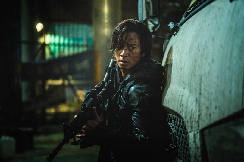 姜棟元很想留長髮,他非常滿意《屍速2》的造型。(圖/車庫提供)