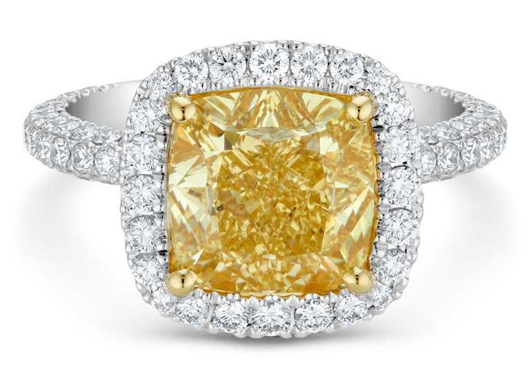 DE BEERS「Aura」系列,頂級珠寶枕形切割黃鑽戒指╱6,650,000元。(圖╱DE BEERS提供)