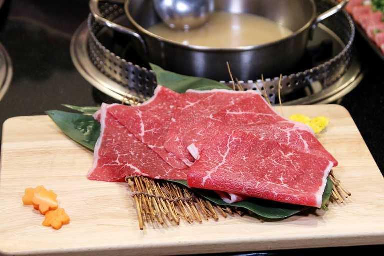 「哞哞屋」除燒肉外,還有提供火鍋的選擇,搭配澳洲和牛吃來更過癮。