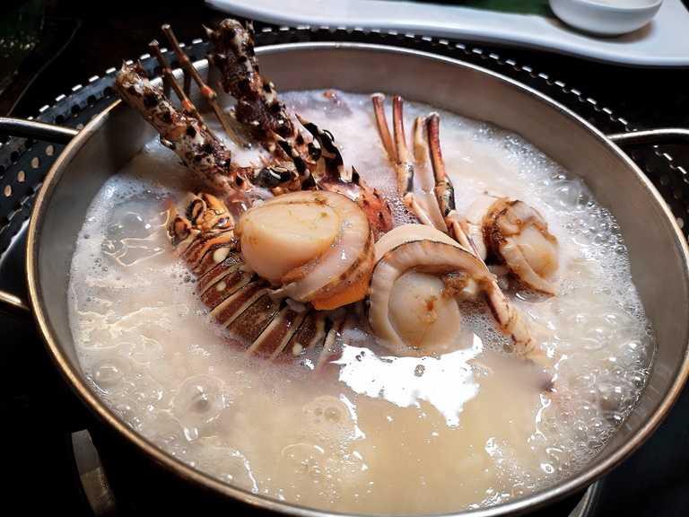 龍蝦除了現烤外,還有專人現煮「黃金鮑龍粥」可以享用。