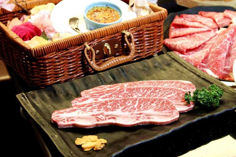 「哞哞屋」標榜頂級食材的燒肉體驗,選擇十分多元,圖為美國帶骨牛小排。