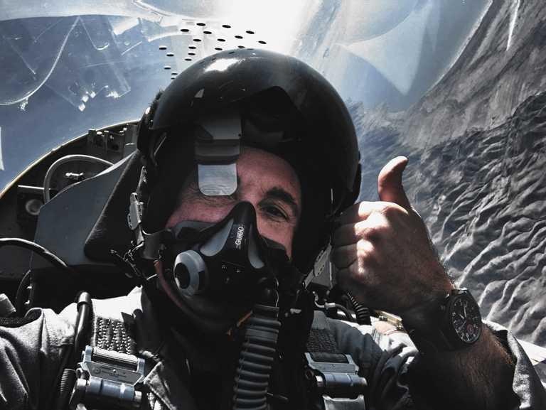 從事戰術飛行超過25年的退役美國海軍上校Jim DiMatteo,在全球線上發表會親身分享「Top Gun」的訓練歷程,以及IWC飛行員腕錶的非凡價值。(圖╱IWC提供)