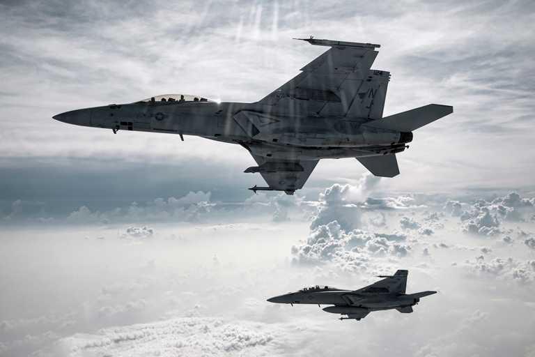 駕駛F/A-18「Super Hornet超級大黃蜂」等超音速噴射機進行纏鬥、急轉彎或垂直操縱時,無論飛行員和飛機都必須承受最大的加速力。(圖╱IWC提供)