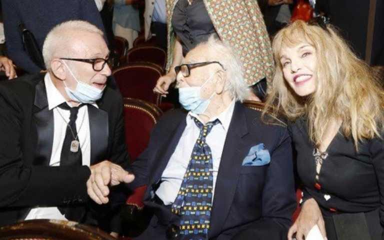皮爾卡登(中)與愛徒(左)保羅高堤耶(Jean Paul Gaultier)一同出席傳記電影首映。(圖/海鵬影業 提供)