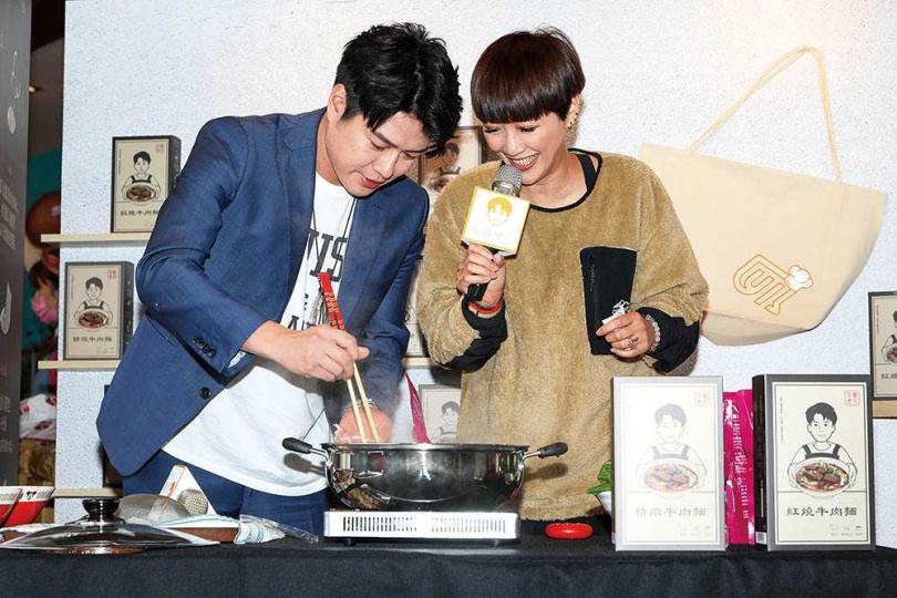 李易在曾活動上親自示範煮牛肉麵,傳達他的獨家美味小撇步。(圖/焦正德攝)