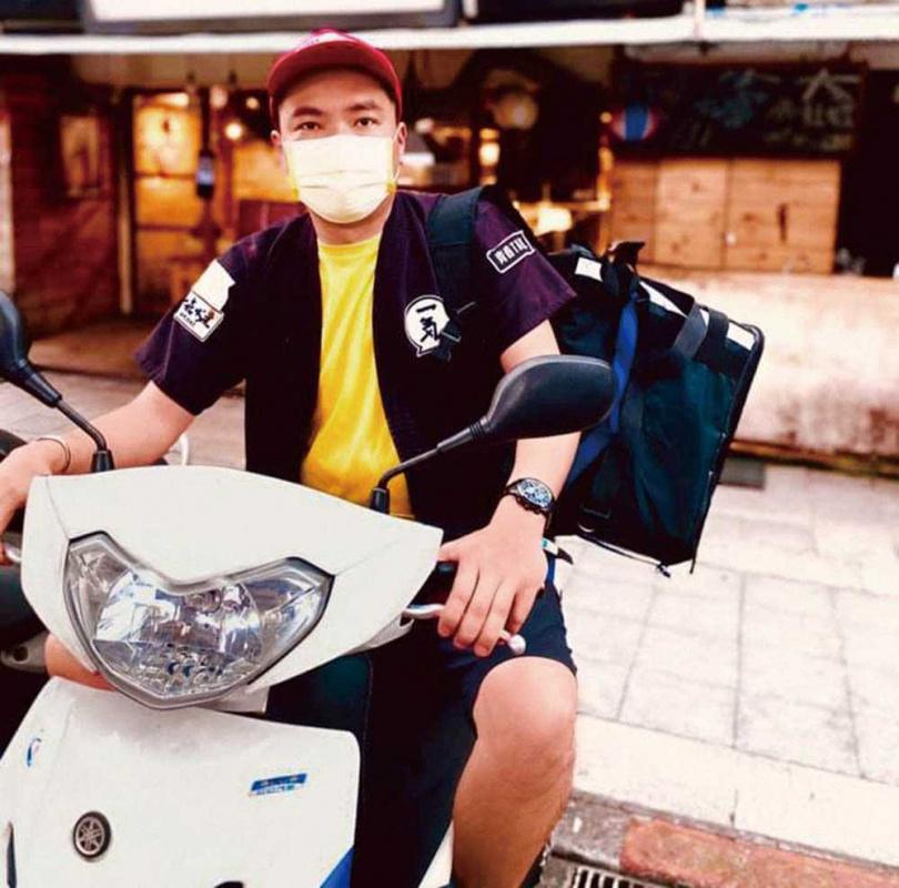 陳布朗完全不介意自己的藝人身分,戴好口罩親自騎車送餐。(圖/相信音樂提供)