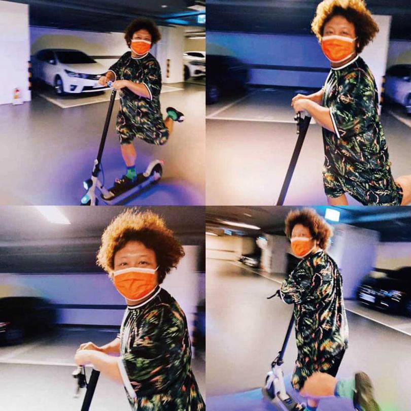 在自家停車場溜滑板車的納豆,透露不少網友詢問滑板車哪裡買,讓他覺得很有商機。(圖/翻攝自納豆臉書)