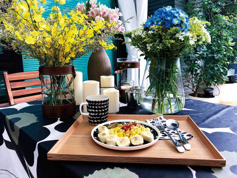 講求氣氛的李明川,不但很注重擺盤,連用餐環境也會藉花藝布置增添情趣。(圖/翻攝自李明川臉書)