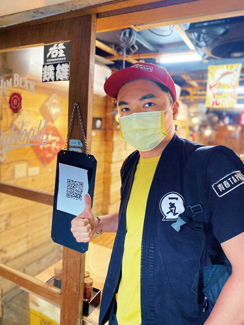 經營餐廳的嘻哈歌手陳布朗,疫情期間以外送餐點的方式減少損失。(圖/相信音樂提供)