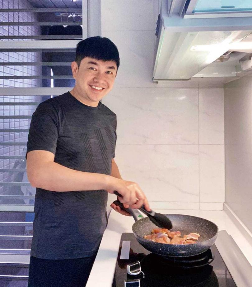 喜歡下廚的李明川,近期每天都在家研究新菜單。(圖/伊林娛樂提供)