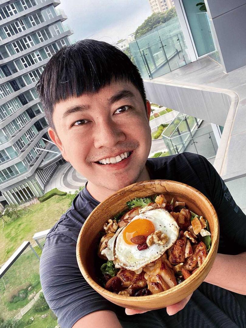 李明川常與粉絲交流做菜心得,還笑說可以舉辦線上廚藝大賽。(圖/伊林娛樂提供)