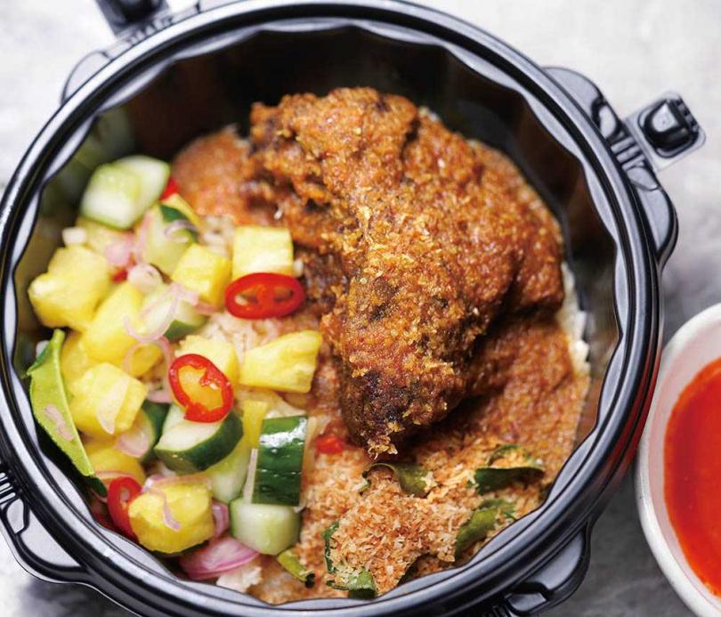 「家鄉牛頰仁當飯」配上鳳梨、小黃瓜等漬物一起享用最合適。(250元)(圖/餐廳提供)