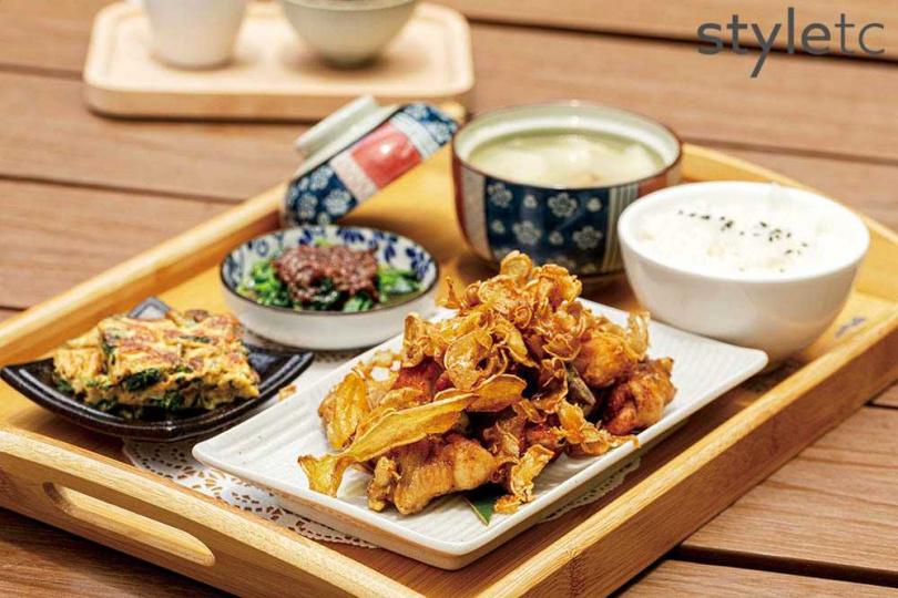 「私房酥薑苦茶油雞」以苦茶油把薄薑片煸得金黃酥脆,搭配香嫩雞肉,層次極為豐富(380元/套)。(圖/林士傑攝)