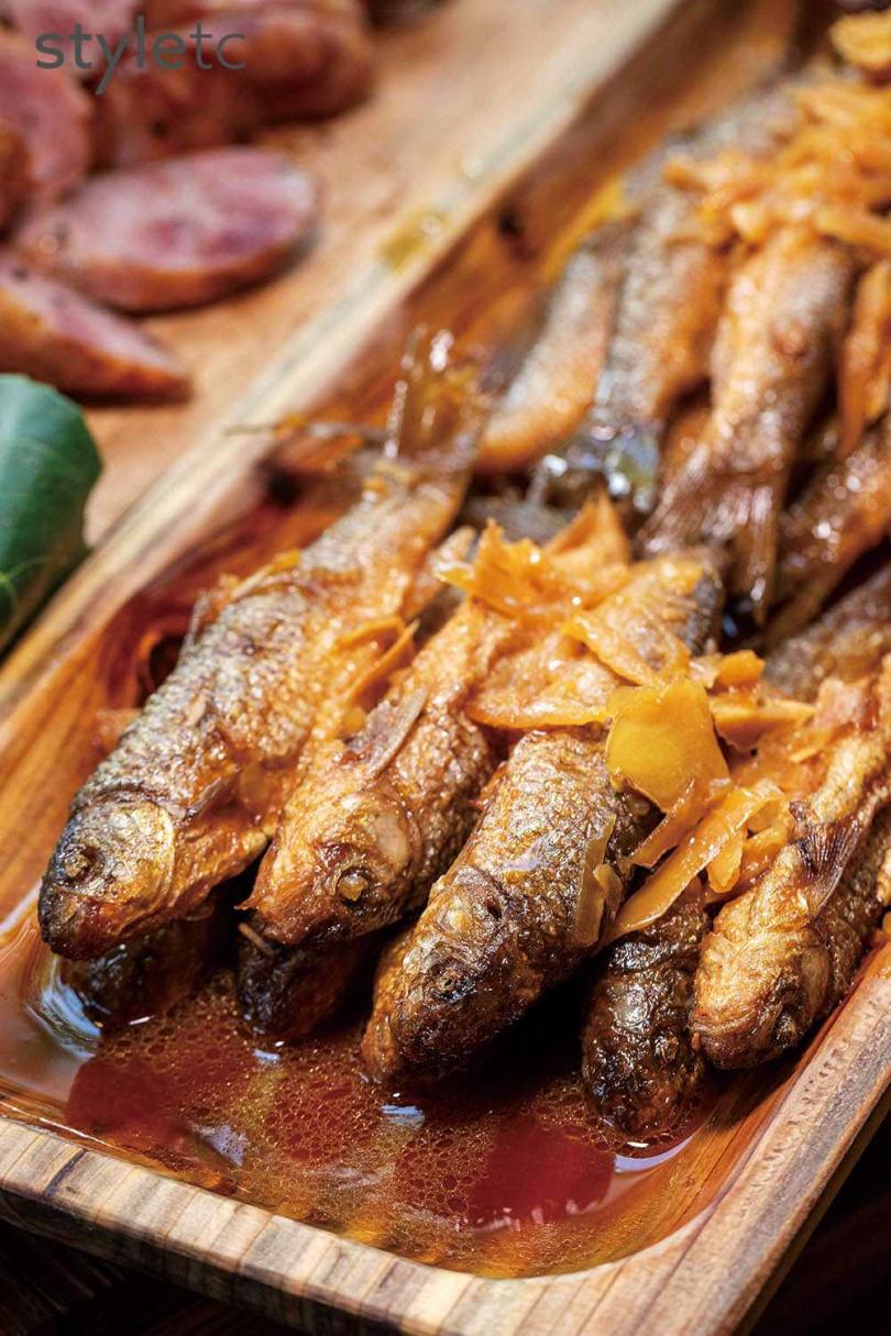 使用山上的自行醃漬的醬筍,搭配溪裡的鯝魚,堪稱絕配。(圖/林士傑攝)