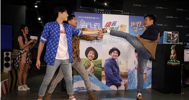 劉傑中、唐振剛、吳俊諺輪流表演腳踢瓶蓋。(攝影/林勝發)